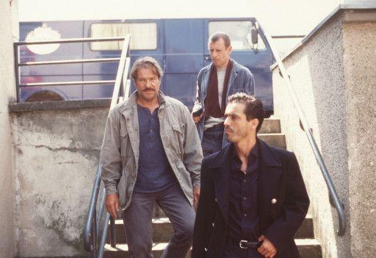 Schimanski (Götz George, l.) ermittelt undercover im Schleppermilieu