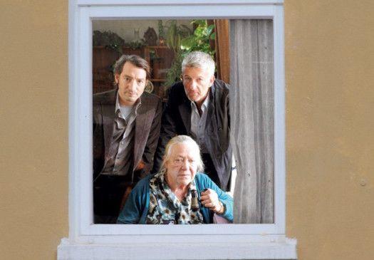 Da drüben war's! Frau Wernicke (Barbara Morawiecz) und das Ermittler-Duo (Boris Aljinovic, l., Dominic Raacke)