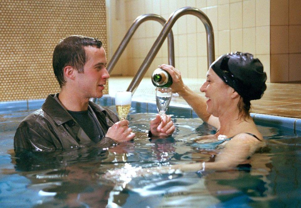 Ben (Barnaby Metschurat, mit Charlotte Schwab) ist im wahrsten Sinne des Wortes mit allen Wassern gewaschen ...