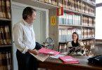 Signorina Elettra (Annett Renneberg) hat ein wichtiges Dokument gefunden, das Brunetti (Uwe Kockisch) dringend braucht