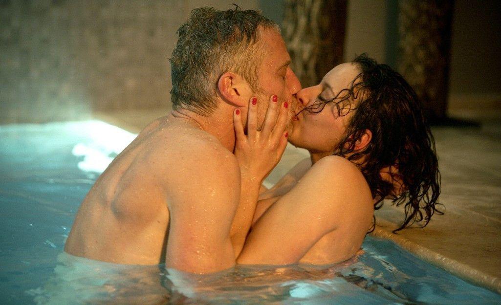Amüsieren sich im Swimmingpool: Vincent Stevens (Filip Peeters) und Sarah Delporte (Marie Vinck)