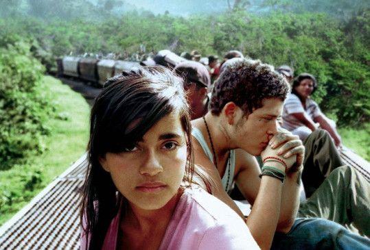 Sayra (Paulina Gaitan) und El Casper (Edgar Flores) sind auf der Flucht