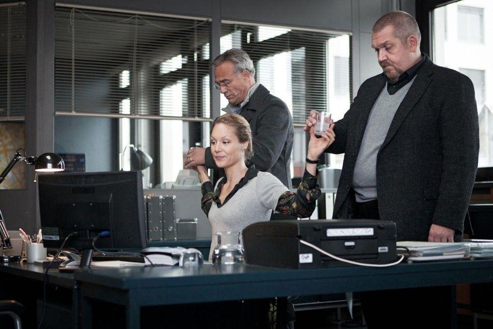 Nach einem Trinkgelage neben der Spur: Franziska (Tessa Mittelstaedt) bringt Ballauf (Klaus J. Behrendt, l.) und Schenk (Dietmar Bär) auf den aktuellen Ermittlungsstand