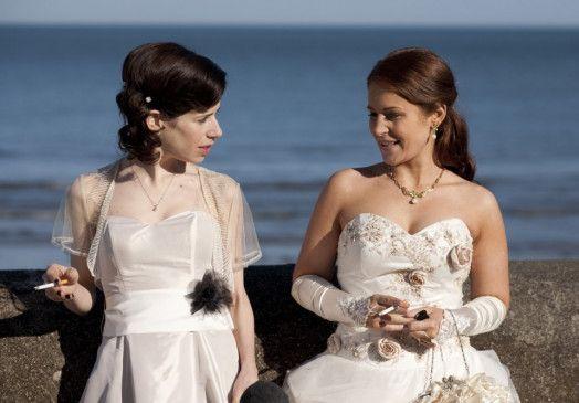 Eine Zigarettenpause unter Bräuten: Maura (Sally Hawkins) und Sophie (Jade Yourell)