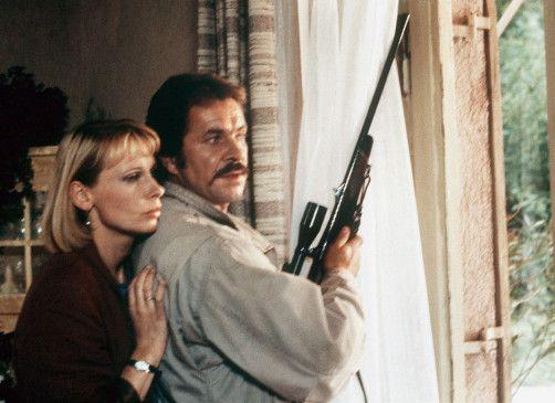 Schimanski (Götz George) will herausfinden, warum Ulla (Christiane Lemm) und er im Haus belagert werden