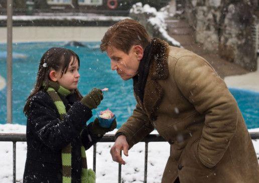 Auch mal probieren? Die kleine Anna (Luzie Kurth, mit Jürgen Schornagel) weiß nicht, mit wem sie sich da einlässt ...