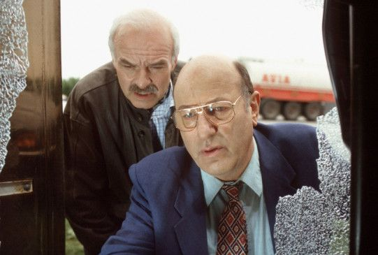Stoever (Manfred Krug, r.) und Brockmöller (Charles Brauer) am Tatort