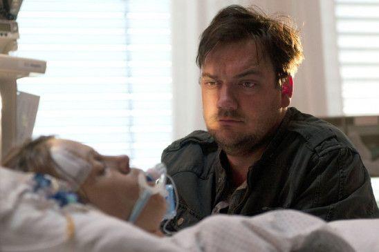 Ich werde diese Typen stellen! Bukow (Charly Hübner) am Krankenbett seiner Kollegin König (Anneke Kim Sarnau)