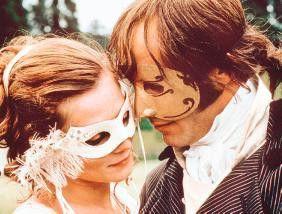 Na, wer verbirgt sich hinter der schönen Maske?   Jean-Marc Barr und Anna Friel