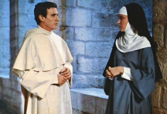 Suzanne (Anna Karina) vertraut sich Dom Morel (Francisco Rabal) an