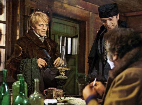 Loco (Klaus Kinski, l.) und Pollicut (Luigi Pitilli) versuchen, Sheriff Burnett (Frank Wolff) auf ihre Seite zu ziehen