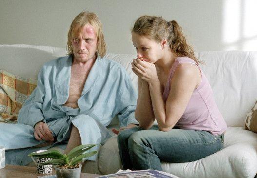 Jed (Rhys Ifans, mit Samantha Morton) spielt sich zum Opfer auf
