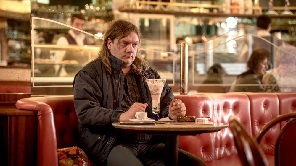 Eigentlich darf er gar nicht hier sein. Doch Karl Schmidt (Charly Hübner) gönnt sich gerne ein Eis, bevor er wieder in seine Ex-Drogi-WG muss.