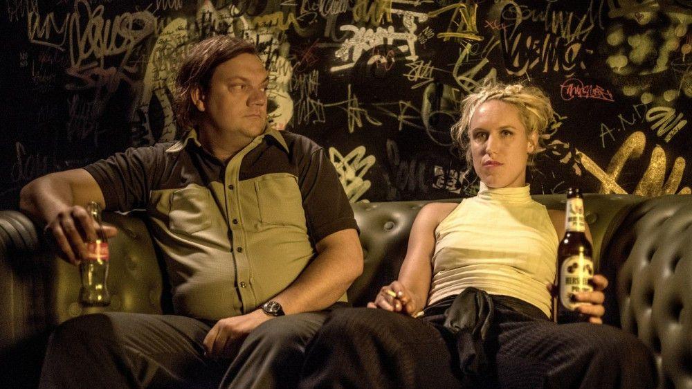 Rosa (Annika Meier) zeigt Interesse an Karl Schmidt (Charly Hübner). Für feuriges Flirten sind sie aber beide zu kühl.