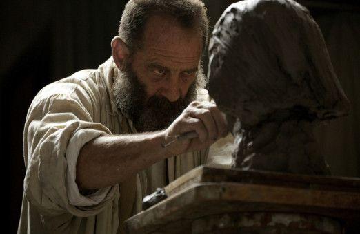 Mit brennendem Blick und rastlos arbeitenden Händen gibt Vincent Lindon den Bildhauer Auguste Rodin (1840-1917).