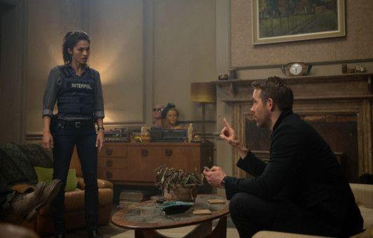 Interpol-Agentin Amelia Roussel (Elodie Yung), weiß, dass es in ihrer Behörde einen Maulwurf gibt. Sie sucht Hilfe bei ihrem Ex Michael (Ryan Reynolds).