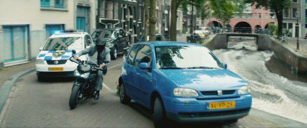 Die Motorradfahrkünste von Michael Bryce (Ryan Reynolds) in Amsterdam retten Kincaid das Leben.