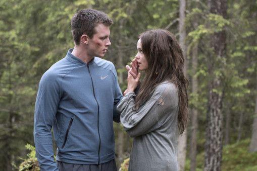 Die Rebellin Ewa (Emilia Schüle) hat sich aus ihrem zugewiesenen Sektor geschlichen und probt den Aufstand - ausgerechnet in dem Wald, in dem Zach (Jannis Niewöhner) für die Elite-Uni trainiert.