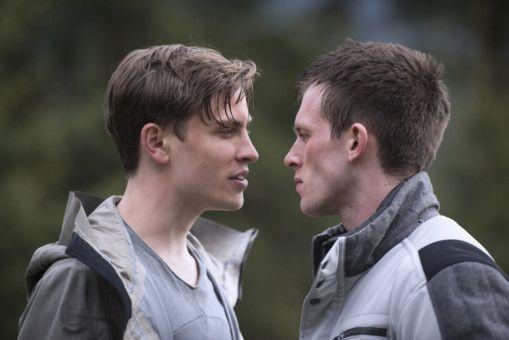 Mit dem eiskalten Titus (Jannik Schümann, links) gerät Zach (Jannis Niewöhner) immer wieder aneinander.
