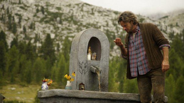 Lucas Vater (Stephan Luca) ist entsetzt: Das berühmte Heilwasser der kostbaren Quelle des Dorfes hat sich plötzlich schwarz gefärbt.