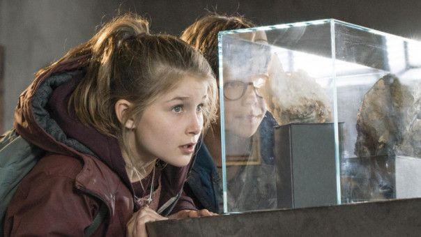Im neu gebauten Dorfmuseum beobachten Mia (Marleen Quentin) und Benny (Ruben Storck) die verdächtige Geschäftsfrau Isabelle Levartis.
