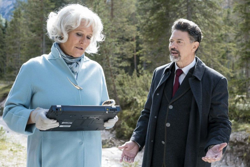 Die skrupellose Eigentümerin eines Lebensmittelkonzerns, Isabelle Levartis (Suzanne von Borsody), erpresst Bürgermeister Oberländer (Sebastian Baur).