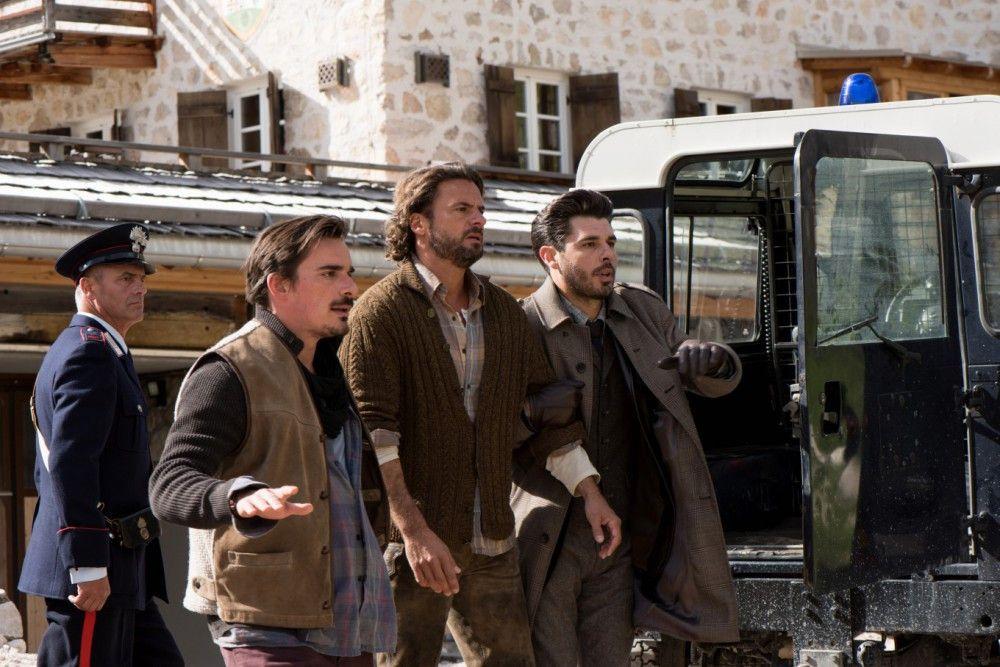 Lucas Vater Stefan (Stephan Luca, Mitte) wird wegen vermeintlicher Brandstiftung verhaftet.