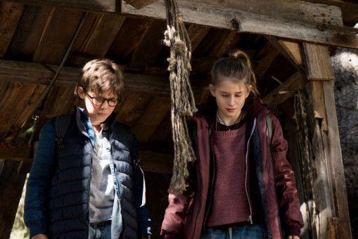 Auf der Flucht müssen Benny (Ruben Stock) und Mia (Marleen Quentin) eine gefährliche Fahrt mit einer halb verrotteten Seilbahn wagen.