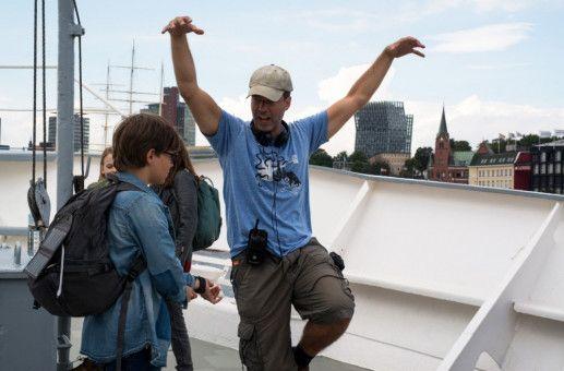 Christian Theede gibt Hauptdarsteller Benny (Ruben Storck) Regieanweisungen.