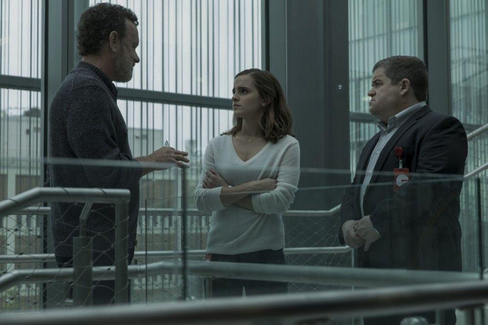"""Mae Holland (Emma Watson) bekommt von """"The Circle""""-Boss Eamon Bailey (Tom Hanks) und seinem getreuen Vasallen Tom Stenton (Patton Oswalt) eine amtliche Gehirnwäsche."""