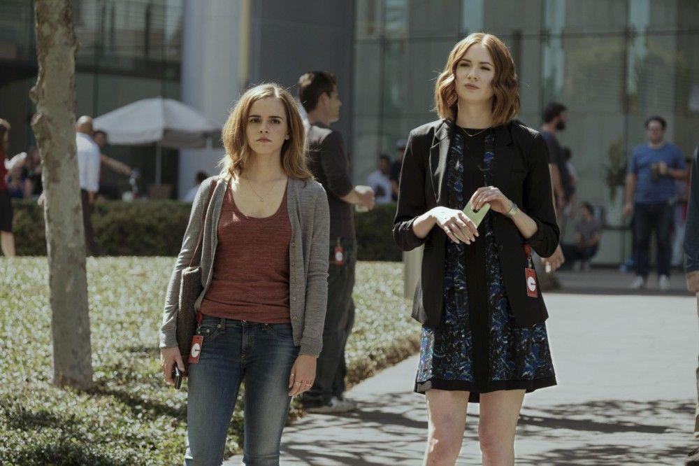 """Von ihrer besten Freundin Annie (Karen Gillan) lässt sich """"The Circle""""-Neuling Mae Holland den in jeder Hinsicht beeindruckenden Firmencampus zeigen."""