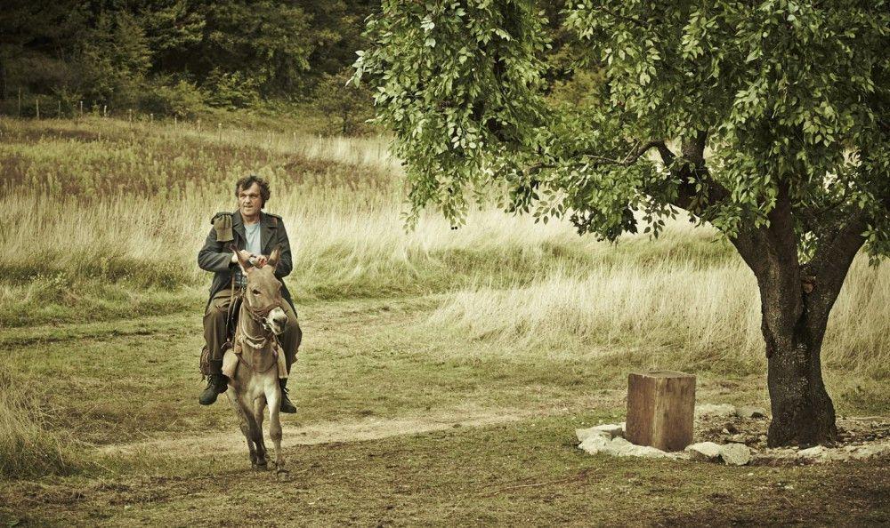 Milchmann Kostja (Emir Kusturica) will seine Ware an den Mann bringen, ob nun Krieg herrscht oder nicht.