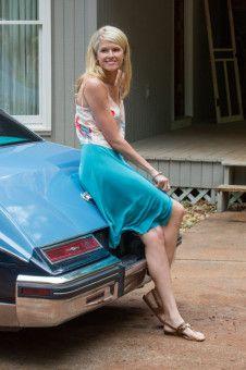 Barrys Frau Lucy (Sara Wright) freut sich über die Autos, die sich die Familie dank der lukrativen Tätigkeit ihres Mannes nun leisten kann.