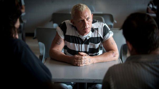 Tresorspezialist Joe Bang (Daniel Craig) lässt sich von den Logan-Brüder ihren irren Plan erklären.