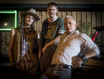 Nicht ohne meine Brüder: Joe (Daniel Craig, rechts) will unbedingt gemeinsam mit seinen Brüdern Sam (Brian Gleesen) und Fish (Jack Quaid) den Coup durchziehen.