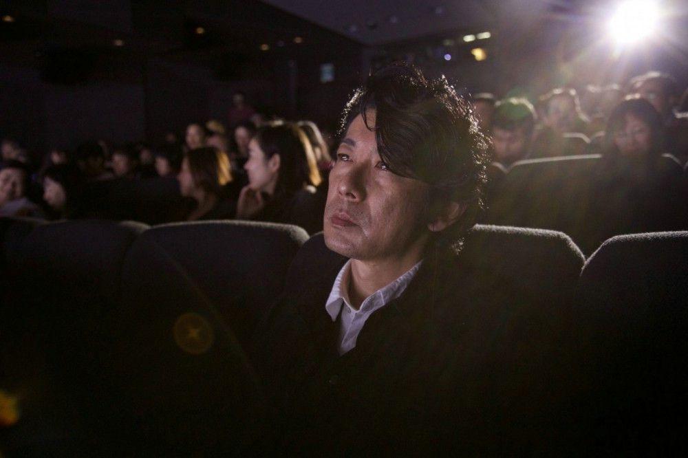 Der fast ganz blinde Nakomori (Masatoshi Nagase) benötigt eine Übersetzung der Kinobilder in Worte.