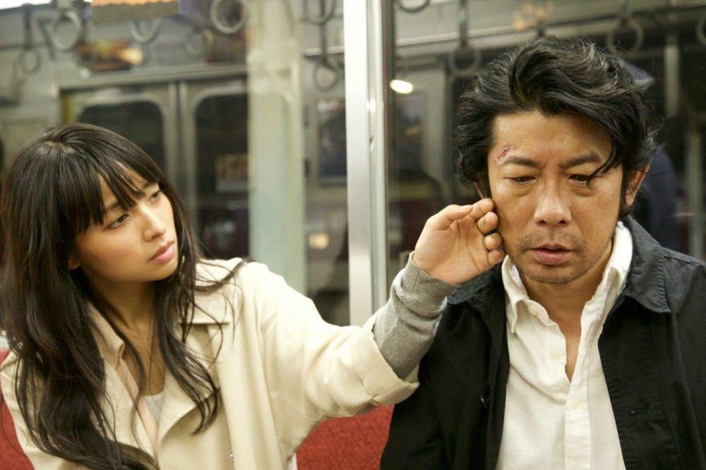 Zwischen Misako (Ayame Misaki) und Nakomori (Masatoshi Nagase) entwickeln sich Gefühle.