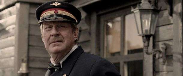 Stationsmeister Gustav Arctander (Rolf Lassgård) ist in seiner Gemeinde ein anerkannter Mann. Erst mit der Zeit wächst der Witwer in die Aufgabe hinein, seiner seltsam aussehenden Tochter ein echter Vater zu sein.