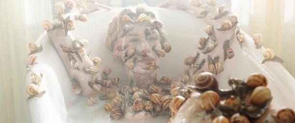 Lässt sich Schönheit bewahren? Mrs. Grjothornet, gespielt von der dänischen Schauspielerin Connie Nielsen, nimmt ein besonderes Bad.