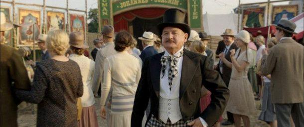 """Johannes Joachims (Burghart Klaußner) reist mit einer bekannten Freak-Show durch die Lande. Auch """"Löwenmädchen"""" Eva hätte er gerne als Attraktion dabei."""