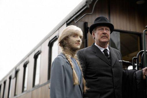 Reise in die große Stadt: Eva (Mathilde Thomine Storm) und ihr Vater (Rolf Lassgård) stellen sich einer neuen Herausforderung.