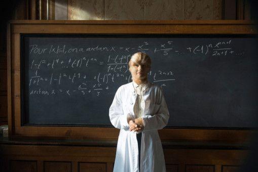 Eva (Ida Ursin-Holm) ist mathematisch sehr begabt: Findet die an einem seltenen Gendefekt leidende Frau einen Platz im Leben?