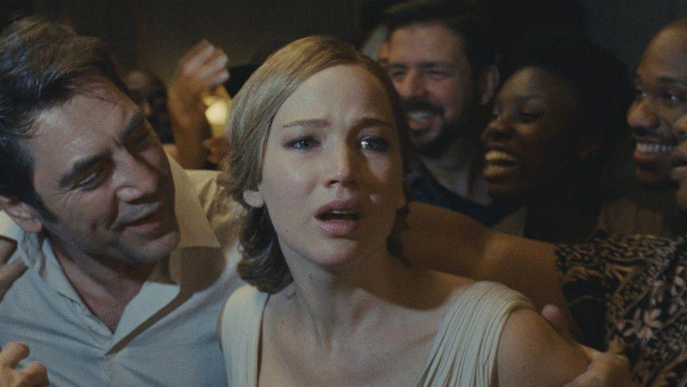 Der Dichter (Javier Bardem) sonnt sich im Jubel seiner Jünger, während er seine Frau (Jennifer Lawrence) ziemlich vernachlässigt.