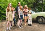 Familie Walls (von links: Sadie Sink, Charlie Shotwell, Woody Harrelson, Ella Anderson, Naomi Watts und Eden Grace Redfield) ist mal wieder umgezogen.