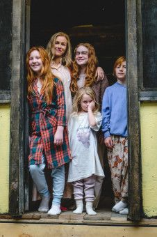 Von links: Jeannette (Ella Anderson), ihre Mutter Rose Mary (Naomi Watts), ihre Schwestern Lori (Sadie Sink) und Maureen (Eden Grace Redfield) sowie Bruder Brian (Charlie Shotwell) fristen ein Nomadendasein.
