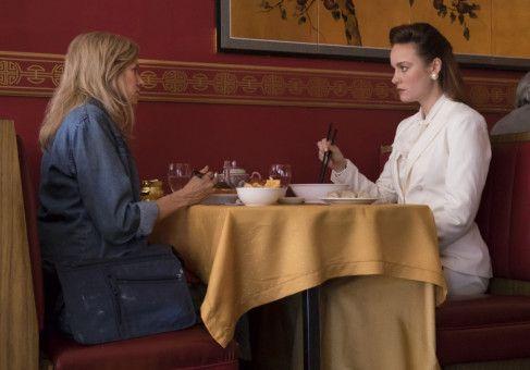 Jeannette (Brie Larson, rechts) trifft sich nach langer Zeit mit ihrer Mutter Rose Mary (Naomi Watts).