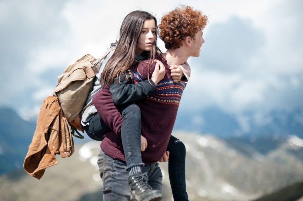 Bart (Samuel Giradi) hilft Amelie (Mia Kasalo), ihr Ziel zu erreichen.