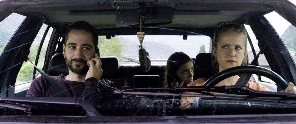 Stress im Auto bei der Fahrt zur Spezialklinik haben die Eltern (Susanne Bormann und Dennis Moschitto) mit ihrer Tochter.