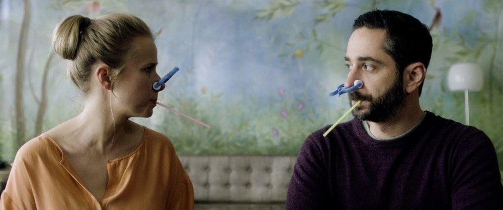 Amelies Eltern (Susanne Bormann und Dennis Moschitto) bekommen einen Eindruck, wie sich Asthma anfühlt.