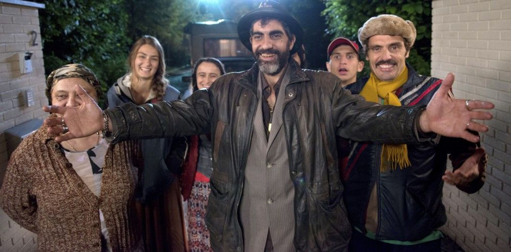 """Oh Schreck, plötzlich steht der schmutzige """"Zigeuner"""" Babik (Ary Abittan), samt seiner Familie und dem zwangsgeräumten Franzosen Erwan (Cyril Leconte, rechts) vor den Toren der Fougeroles."""